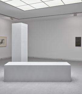 (vorne) Robert Morris, Two Columns, 1961. Leihgabe 2005, Sparkassenstiftung für Kunst und Wissenschaft der Stadtsparkasse Mönchengladbach. Foto: Achim Kukulies