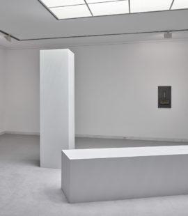 (hinten rechts) Robert Morris, Scale with Hand, 1964. Erworben 1966, Sammlung ETZOLD; (hinten links) Robert Morris, Station I, 1982. Erworben 2012, Schenkung des Künstlers. Foto: Achim Kukulies