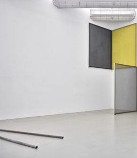 (links) Bill Bollinger, Pipe Piece, 1968. Erworben 1974; (rechts) Cécile Bart, Construire, 1993. Erworben 1999, Schenkung des Museumsvereins Mönchengladbach. Foto: Achim Kukulies