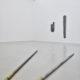 (links) Keith Sonnier, Finger File, 1969/89. Erworben 1994 mit Förderung des Landes NRW; (rechts) Keith Sonnier, File Coffin, 1969/89. Erworben 1990, Schenkung des Museumsvereins Mönchengladbach. Foto: Achim Kukulies