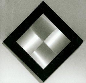 4 Quadrati 14x14 alternati orrizontali e verticali superficie a testura vibratile, 1964, Aluminium auf mit schwarzem Filz überzogene Holzplatte (Sammlung Etzold)