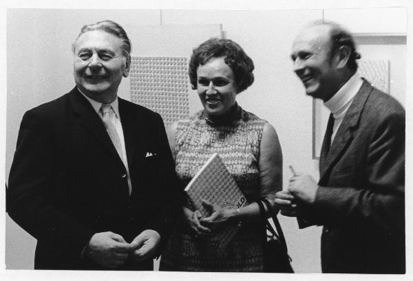 OB Wilhelm Wachtendonk, Berni Etzold und Johannes Cladders (v.l.n.r.) bei der offiziellen Übergabe der Sammlung ETZOLD am 3. Oktober 1970 Foto: Albert Weber, 1970 / Archiv Museum Abteiberg Mönchengladbach