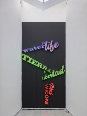 It Gives Me Life 2017, LED, Pappe, Farbe, Acrylgel. Foto: Achim Kukulies