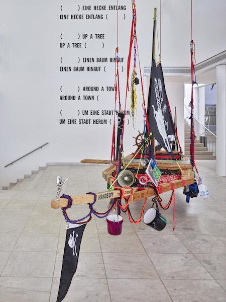 Radical Feminist Pirate Ship Tree Sitting Platform 2013, recyceltes Holz, Seil, Karabiner, diverse Ausrüstung und Versorgung; Sammlung Gaby und Wilhelm Schürmann. Foto: Achim Kukulies