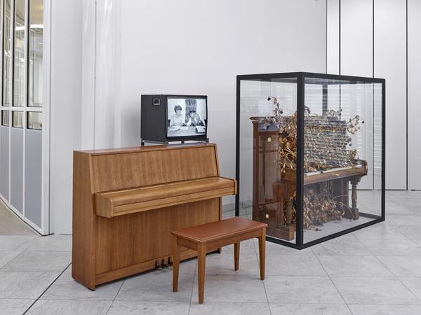 Klavier von Petra Kelly (1947-1992), gekauft 1978: Jelena Terwey, Berlin (im Hintergrund: Joseph Beuys, Revolutionsklavier, 1969 © Joseph Beuys / VG-Bildkunst, Bonn 2020)