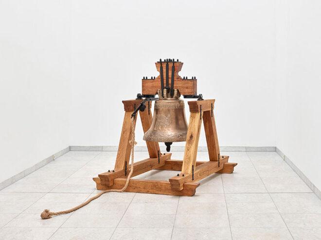 Hiwa K, The Bell, 2020; courtesy the artist, KOW Berlin and Ida Pisani, 2021_03, Ausstellungsansicht Museum Abteiberg Foto: Achim Kukulies, 2021